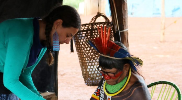 Vika Martins apresentando projeto arquitetônico para cacique do Xingu
